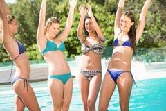 Amigos felices que gozan en la piscina Fotografía de archivo