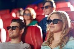Amigos felices que miran película en el teatro 3d Fotos de archivo