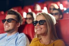 Amigos felices que miran película en el teatro 3d Imágenes de archivo libres de regalías
