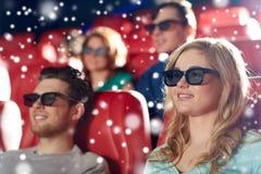 Amigos felices que miran película en el teatro 3d Imagen de archivo libre de regalías
