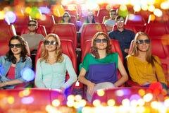 Amigos felices que miran película en el teatro 3d Foto de archivo libre de regalías