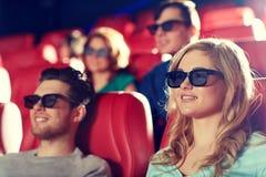 Amigos felices que miran película en el teatro 3d Fotografía de archivo libre de regalías