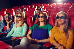 Amigos felices que miran película en el teatro 3d Fotos de archivo libres de regalías