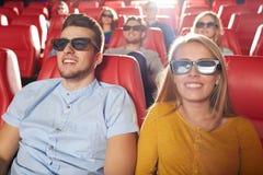 Amigos felices que miran película en el teatro 3d Fotografía de archivo