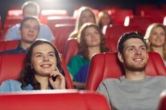 Amigos felices que miran película en teatro Foto de archivo libre de regalías