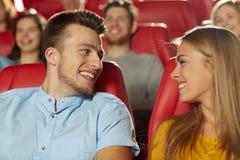 Amigos felices que miran película en teatro Fotos de archivo libres de regalías