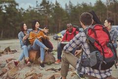 Amigos felices que pasan su tiempo al aire libre durante vacaciones foto de archivo libre de regalías
