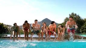 Amigos felices que se divierten en el agua almacen de video