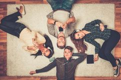 Amigos felices que se relajan con los artilugios Foto de archivo
