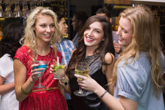 Amigos felices que tienen una bebida junto Fotos de archivo