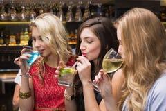 Amigos felices que tienen una bebida junto Imagenes de archivo