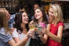 Amigos felices que tienen una bebida junto Foto de archivo