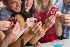 Amigos felices que tienen una bebida junto Fotos de archivo libres de regalías