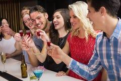 Amigos felices que tienen una bebida junto Imagen de archivo