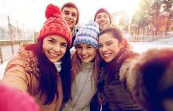 Amigos felices que toman el selfie con smartphone Imagenes de archivo
