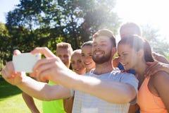 Amigos felices que toman el selfie con smartphone Fotos de archivo