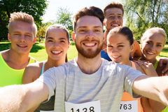 Amigos felices que toman el selfie con smartphone Fotos de archivo libres de regalías