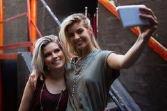 Amigos felices que toman el selfie en el teléfono móvil Imagen de archivo libre de regalías