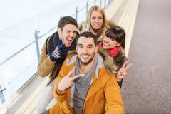 Amigos felices que toman el selfie en pista de patinaje Fotos de archivo libres de regalías