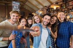 Amigos felices que toman el selfie en pub Imagenes de archivo