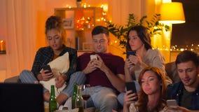 Amigos felices que toman el selfie por smartphone en casa almacen de metraje de vídeo