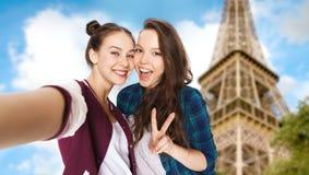 Amigos felices que toman el selfie sobre torre Eiffel Imagenes de archivo