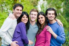 Amigos felices sonriendo junto al aire libre Fotografía de archivo libre de regalías