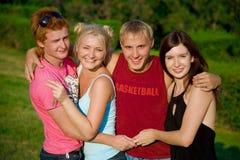Amigos felizes de sorriso que prendem-se Fotografia de Stock Royalty Free