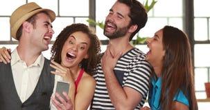 Amigos felizes do moderno que tomam um selfie junto video estoque