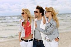 Amigos felizes na praia fotografia de stock