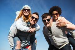 Amigos felizes nas máscaras que têm o divertimento fora Fotografia de Stock