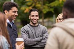 Amigos felizes que andam ao longo do parque do outono Fotografia de Stock Royalty Free