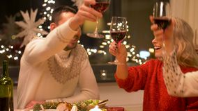Amigos felizes que bebem o vinho tinto no Natal vídeos de arquivo