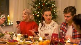 Amigos felizes que bebem o vinho tinto no Natal video estoque