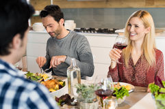 Amigos felizes que comem junto Imagens de Stock