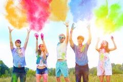 Amigos felizes que comemoram o festival feliz do feriado do holi foto de stock