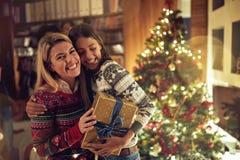 Amigos felizes que comemoram o Natal junto imagens de stock