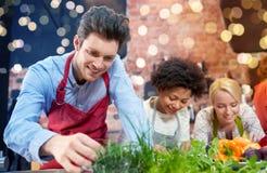 Amigos felizes que cozinham e que decoram pratos imagens de stock royalty free