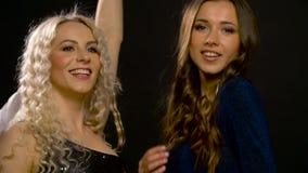 Amigos felizes que dançam no partido ou no disco vídeos de arquivo