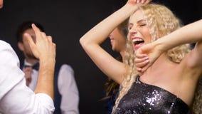 Amigos felizes que dançam no partido ou no disco video estoque