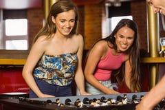 Amigos felizes que jogam o futebol da tabela Foto de Stock Royalty Free