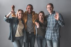 Amigos felizes que mostram gestos positivos foto de stock