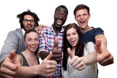 Amigos felizes que mostram o polegar acima do sinal fotografia de stock