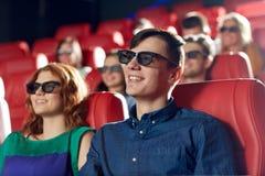 Amigos felizes que olham o filme no teatro 3d Fotos de Stock Royalty Free