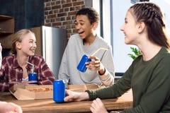 Amigos felizes que passam o tempo junto com bebidas da pizza e da soda Imagem de Stock Royalty Free