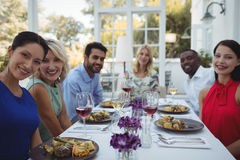 Amigos felizes que têm o almoço junto no restaurante Foto de Stock Royalty Free