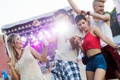Amigos felizes que têm o divertimento no festival de música Foto de Stock Royalty Free