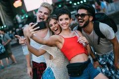Amigos felizes que têm o divertimento no festival de música Imagem de Stock Royalty Free