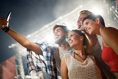 Amigos felizes que têm o divertimento no festival de música Fotografia de Stock