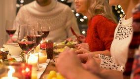 Amigos felizes que têm o jantar de Natal em casa filme